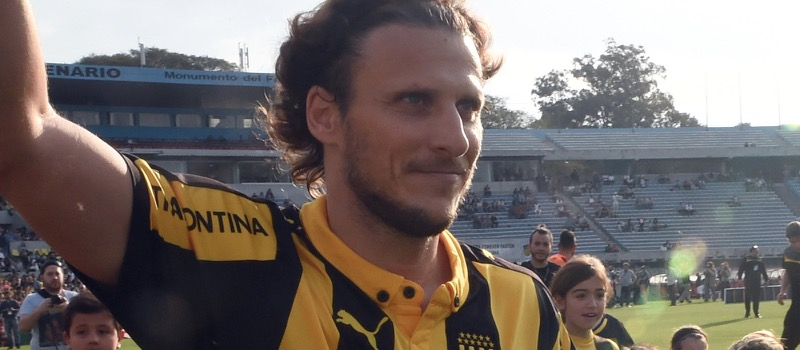 Diego Forlan urgers Louis van Gaal to sign more strikers at Manchester United