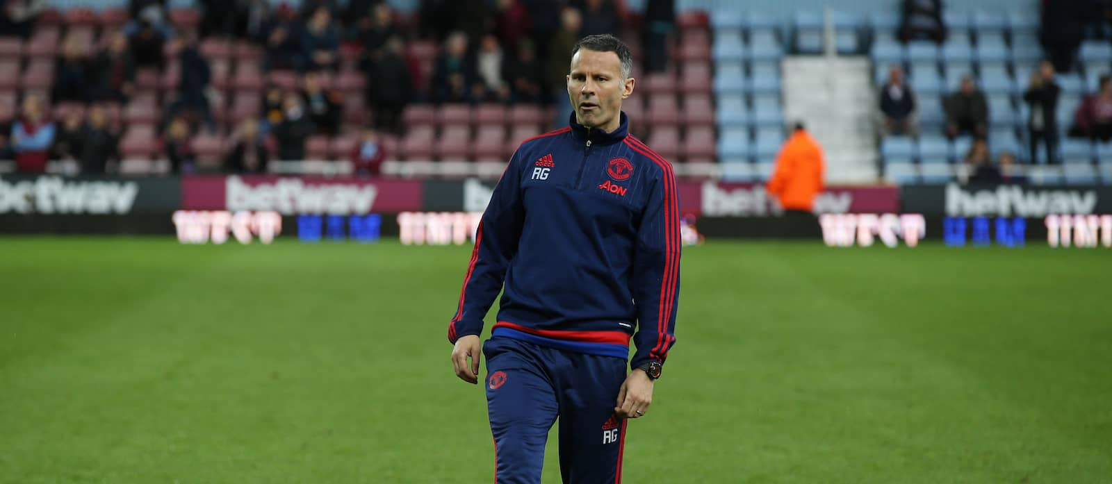 Former Manchester United assistant manager Steve Round believes Ryan Giggs should leave