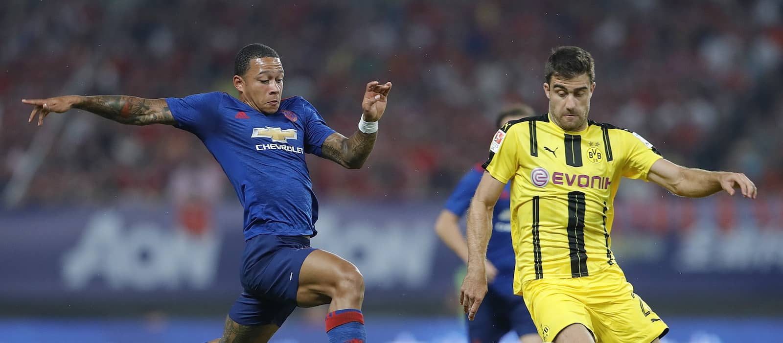 Memphis Depay trains with Manchester United as exit talks intensify