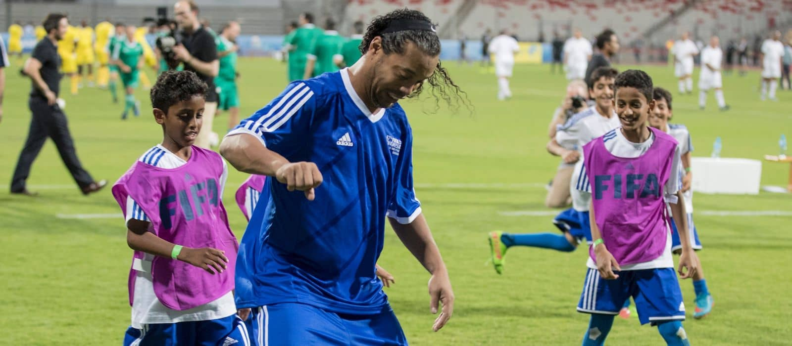 Video: Ronaldinho embarrasses Jesper Blomqvist with mesmerising skill during legends game