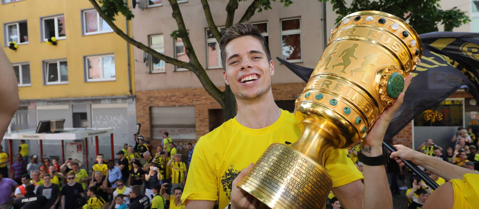 Manchester United considering bid for Borussia Dortmund midfielder Julian Weigl – report