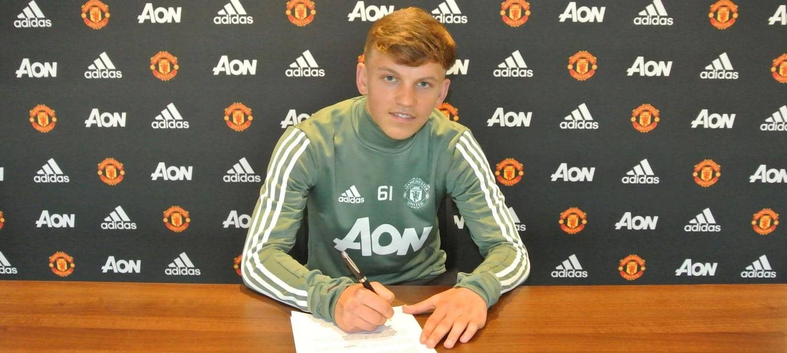 Dion McGhee signs professional contract at Manchester United